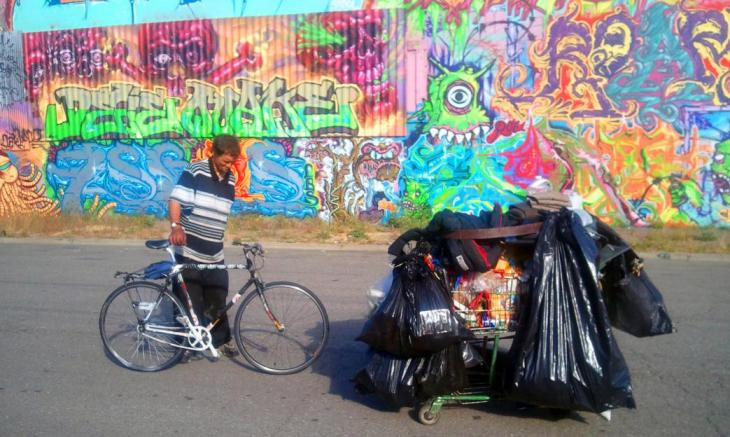 Jason Witt, the Olympic champion of recycling, hauls a shopping cart with trash. Credit: Chihiro Wimbush